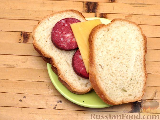 Фото приготовления рецепта: Горячие бутерброды (сэндвичи) с колбасой - шаг №5