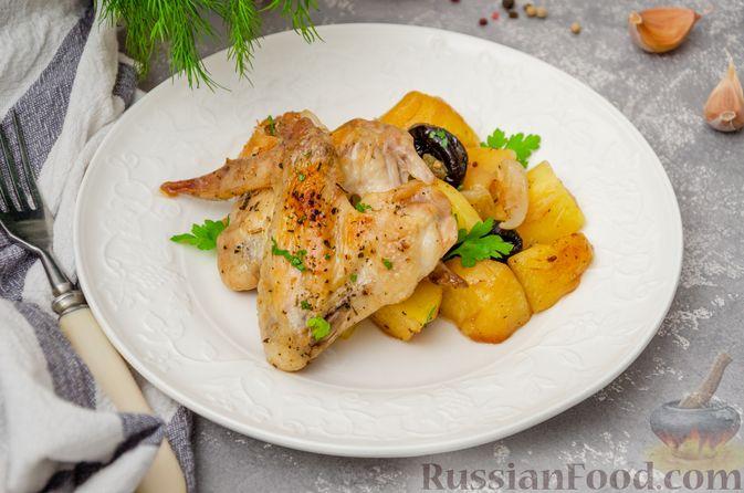 Фото к рецепту: Картофель, запечённый с куриными крыльями и черносливом (в рукаве)