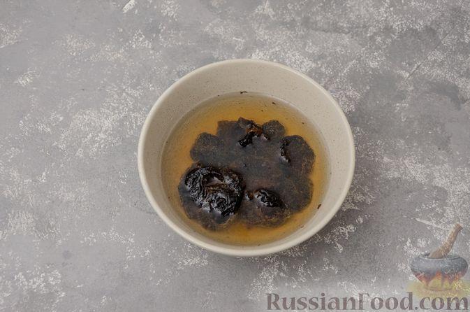 Фото приготовления рецепта: Картофель, запечённый с куриными крыльями и черносливом (в рукаве) - шаг №2