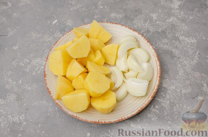 Фото приготовления рецепта: Картофель, запечённый с куриными крыльями и черносливом (в рукаве) - шаг №4