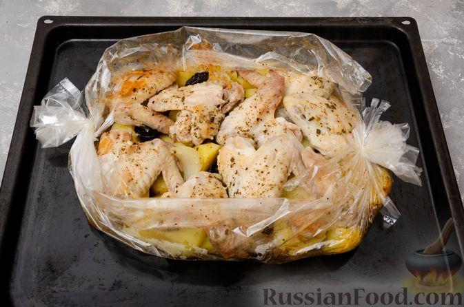 Фото приготовления рецепта: Картофель, запечённый с куриными крыльями и черносливом (в рукаве) - шаг №9