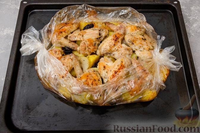 Фото приготовления рецепта: Картофель, запечённый с куриными крыльями и черносливом (в рукаве) - шаг №10