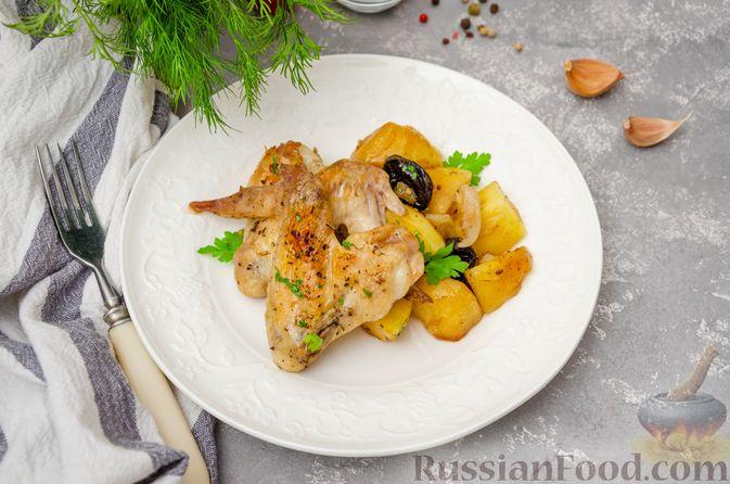 Фото приготовления рецепта: Картофель, запечённый с куриными крыльями и черносливом (в рукаве) - шаг №12