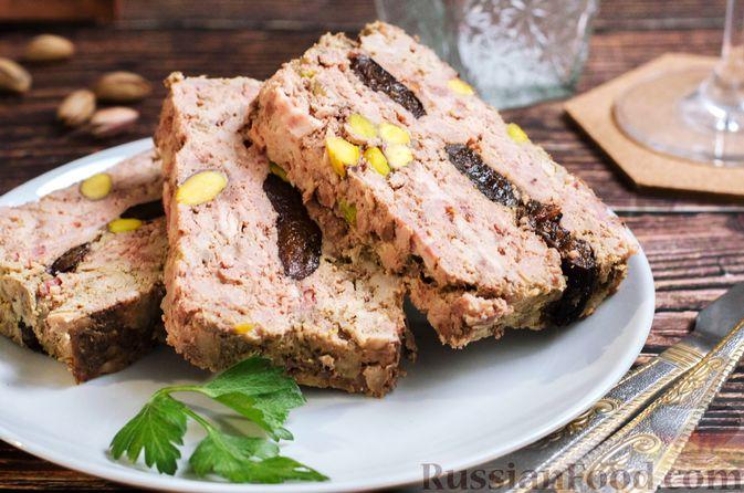 Фото к рецепту: Мясной террин с черносливом и фисташками