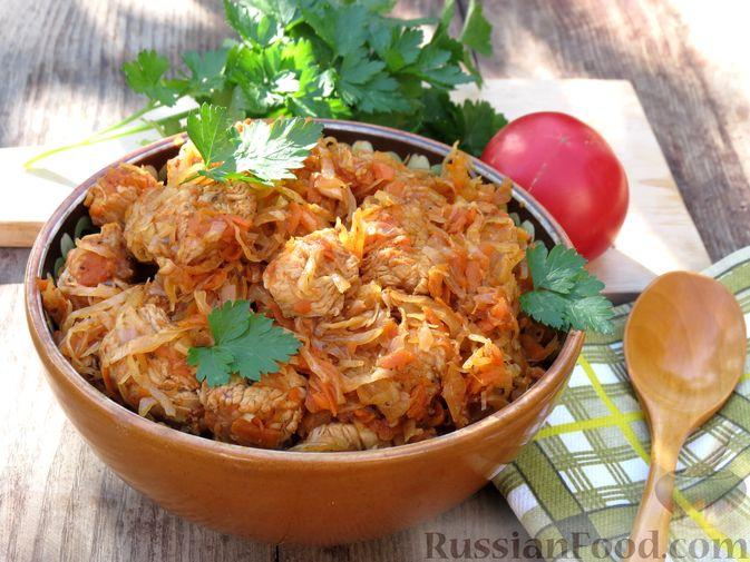 Фото к рецепту: Тушёная капуста с индейкой и томатной пастой