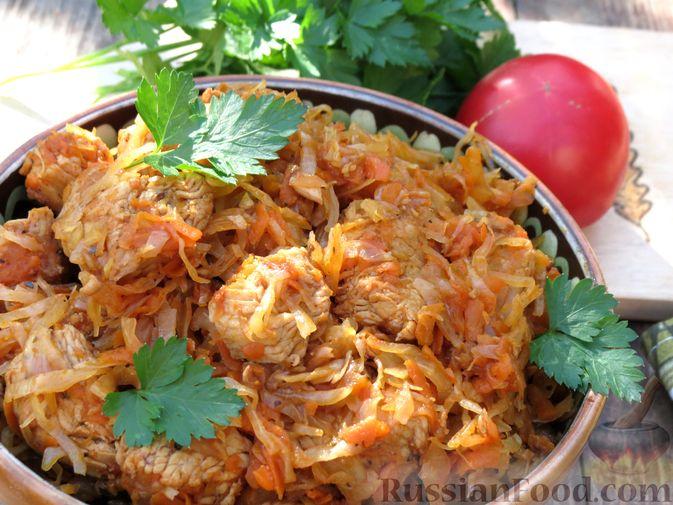 Фото приготовления рецепта: Тушёная капуста с индейкой и томатной пастой - шаг №12