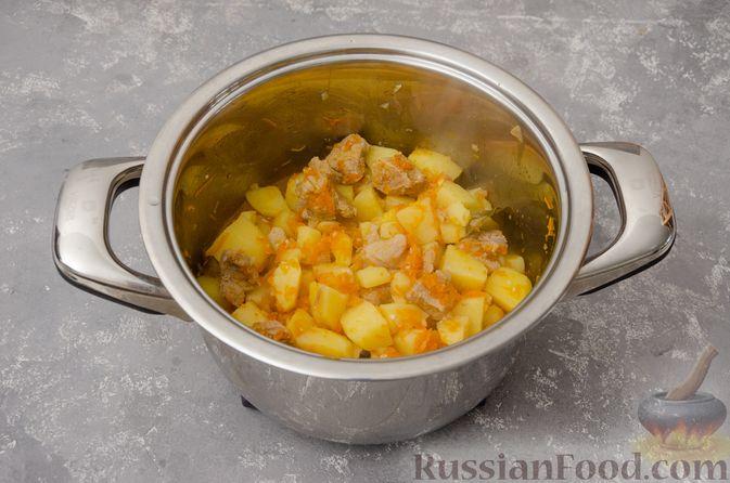 Фото приготовления рецепта: Жаркое со свининой, картошкой и тыквой - шаг №9