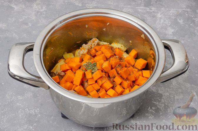 Фото приготовления рецепта: Жаркое со свининой, картошкой и тыквой - шаг №11