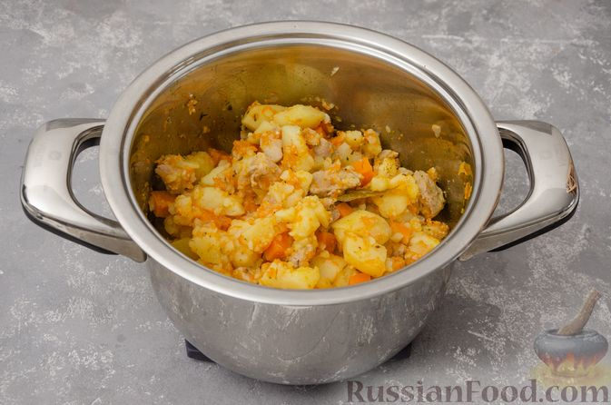 Фото приготовления рецепта: Жаркое со свининой, картошкой и тыквой - шаг №12