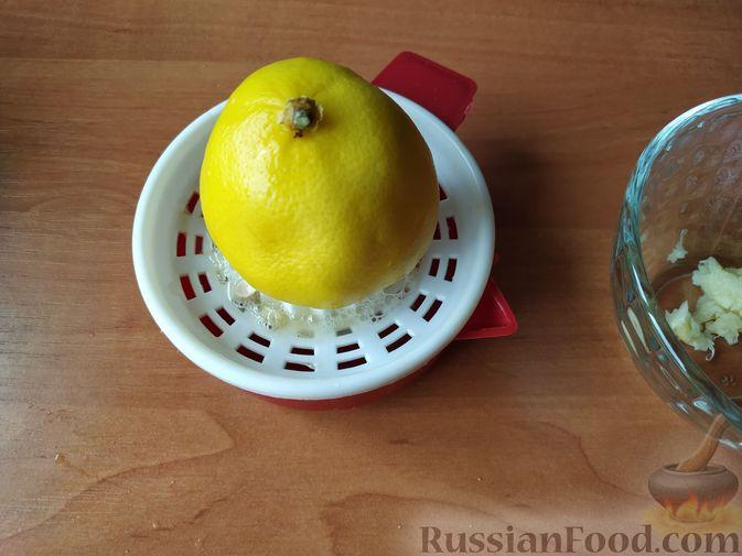 Фото приготовления рецепта: Салат из краснокочанной капусты с фетой, сладким перцем и семечками подсолнуха - шаг №8