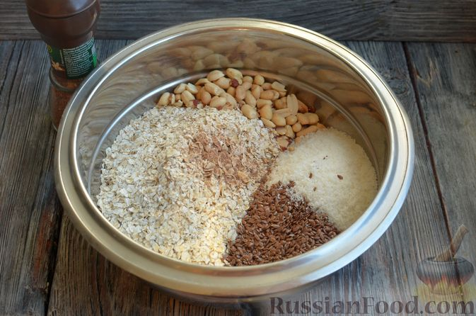 Фото приготовления рецепта: Гранола с арахисом, семечками, кокосовой стружкой и яичными белками - шаг №2