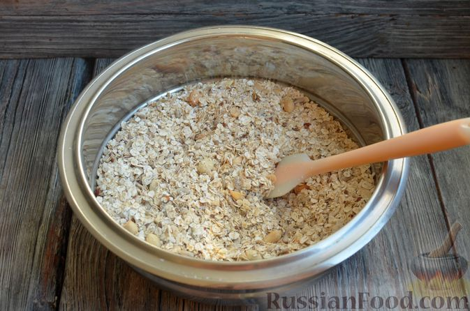 Фото приготовления рецепта: Гранола с арахисом, семечками, кокосовой стружкой и яичными белками - шаг №3