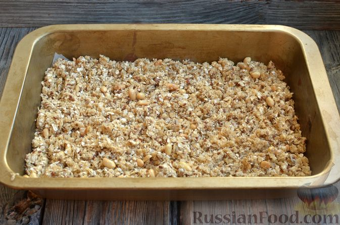 Фото приготовления рецепта: Гранола с арахисом, семечками, кокосовой стружкой и яичными белками - шаг №8
