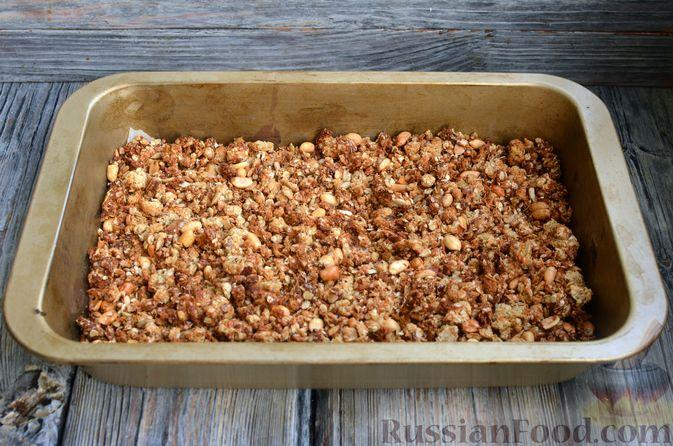 Фото приготовления рецепта: Гранола с арахисом, семечками, кокосовой стружкой и яичными белками - шаг №9