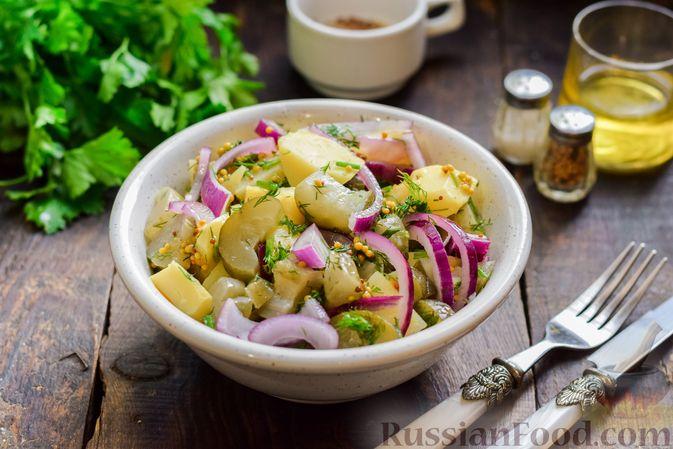 Фото к рецепту: Картофельный салат с маринованными огурцами, луком и горчичной заправкой