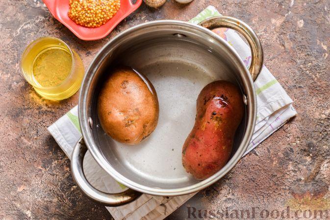 Фото приготовления рецепта: Картофельный салат с маринованными огурцами, луком и горчичной заправкой - шаг №2