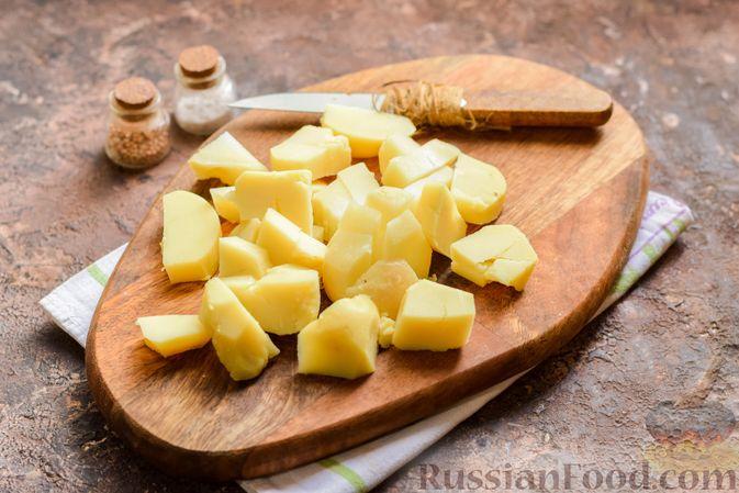 Фото приготовления рецепта: Картофельный салат с маринованными огурцами, луком и горчичной заправкой - шаг №3