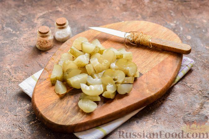 Фото приготовления рецепта: Картофельный салат с маринованными огурцами, луком и горчичной заправкой - шаг №4