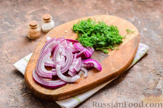 Фото приготовления рецепта: Картофельный салат с маринованными огурцами, луком и горчичной заправкой - шаг №5