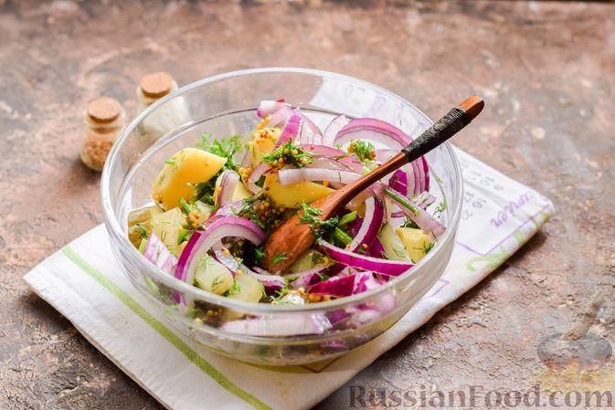 Фото приготовления рецепта: Картофельный салат с маринованными огурцами, луком и горчичной заправкой - шаг №8