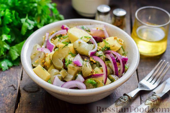 Фото приготовления рецепта: Картофельный салат с маринованными огурцами, луком и горчичной заправкой - шаг №10
