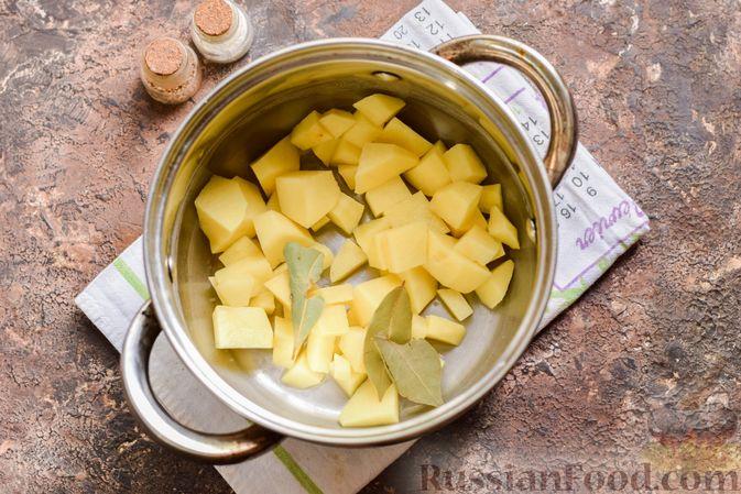 Фото приготовления рецепта: Рыбный суп из консервов, с пшеном - шаг №3