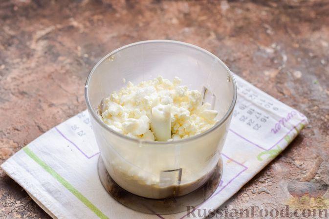 Фото приготовления рецепта: Творожный десерт с киви и хурмой - шаг №2