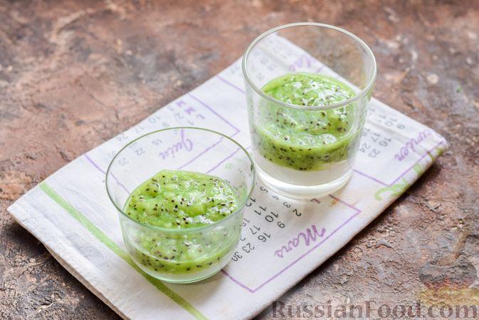 Фото приготовления рецепта: Творожный десерт с киви и хурмой - шаг №7