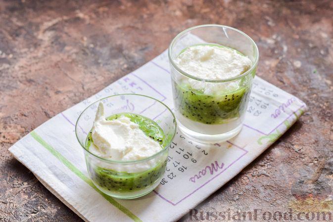 Фото приготовления рецепта: Творожный десерт с киви и хурмой - шаг №8