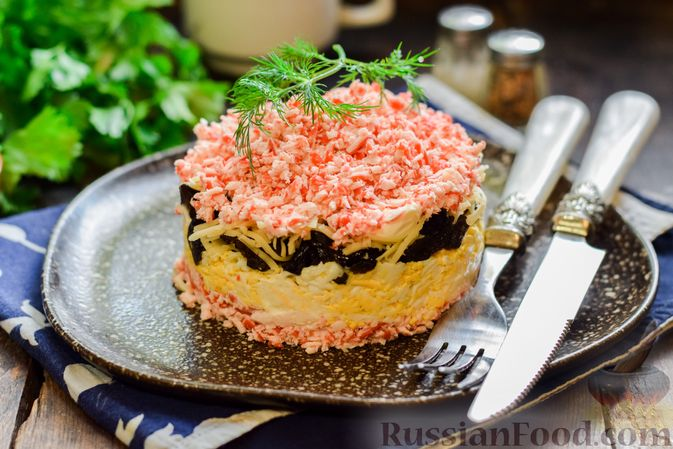 Фото к рецепту: Слоёный салат с крабовыми палочками, черносливом и сыром