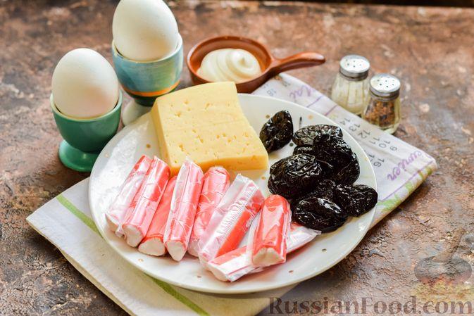 Фото приготовления рецепта: Слоёный салат с крабовыми палочками, черносливом и сыром - шаг №1