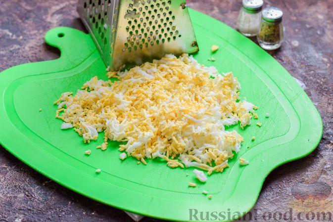 Фото приготовления рецепта: Слоёный салат с крабовыми палочками, черносливом и сыром - шаг №3