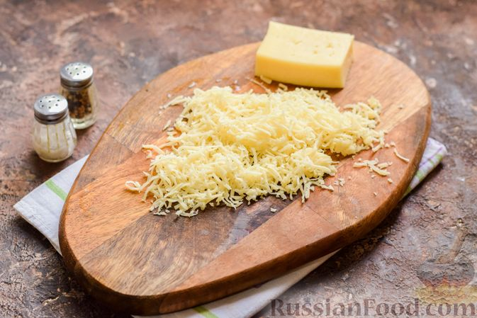 Фото приготовления рецепта: Слоёный салат с крабовыми палочками, черносливом и сыром - шаг №4