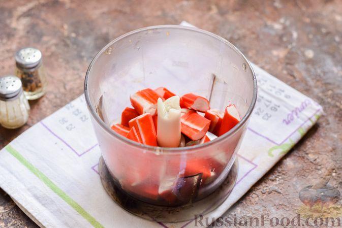 Фото приготовления рецепта: Слоёный салат с крабовыми палочками, черносливом и сыром - шаг №5