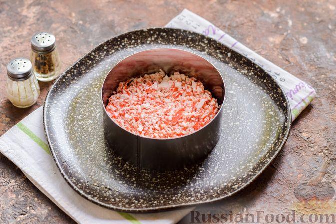 Фото приготовления рецепта: Слоёный салат с крабовыми палочками, черносливом и сыром - шаг №8