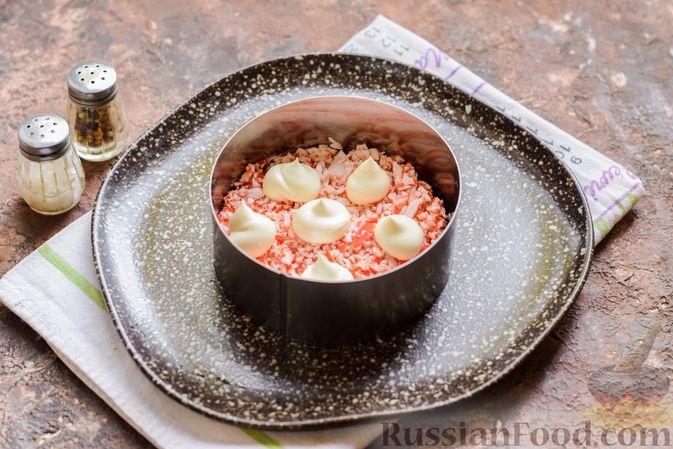 Фото приготовления рецепта: Слоёный салат с крабовыми палочками, черносливом и сыром - шаг №9