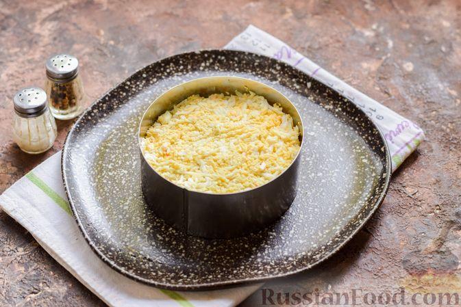 Фото приготовления рецепта: Слоёный салат с крабовыми палочками, черносливом и сыром - шаг №10