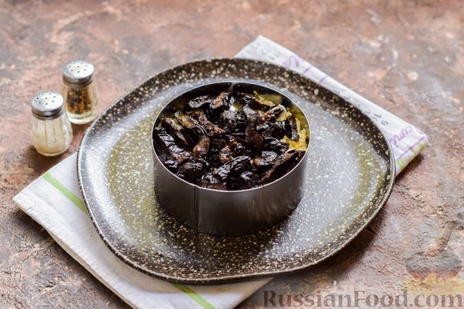 Фото приготовления рецепта: Слоёный салат с крабовыми палочками, черносливом и сыром - шаг №11