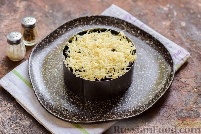 Фото приготовления рецепта: Слоёный салат с крабовыми палочками, черносливом и сыром - шаг №12