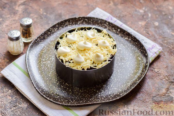 Фото приготовления рецепта: Слоёный салат с крабовыми палочками, черносливом и сыром - шаг №13
