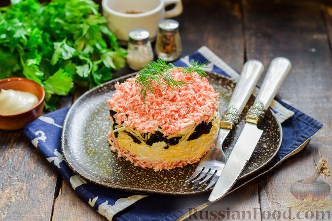 Фото приготовления рецепта: Слоёный салат с крабовыми палочками, черносливом и сыром - шаг №15
