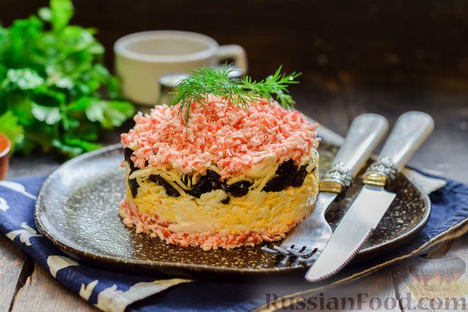Фото приготовления рецепта: Слоёный салат с крабовыми палочками, черносливом и сыром - шаг №16
