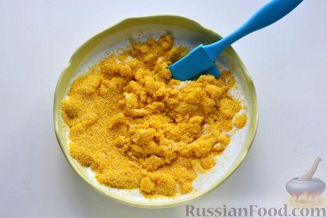 Фото приготовления рецепта: Пирог на кефире, с кукурузной крупой и апельсином - шаг №2