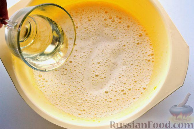 Фото приготовления рецепта: Пирог на кефире, с кукурузной крупой и апельсином - шаг №4