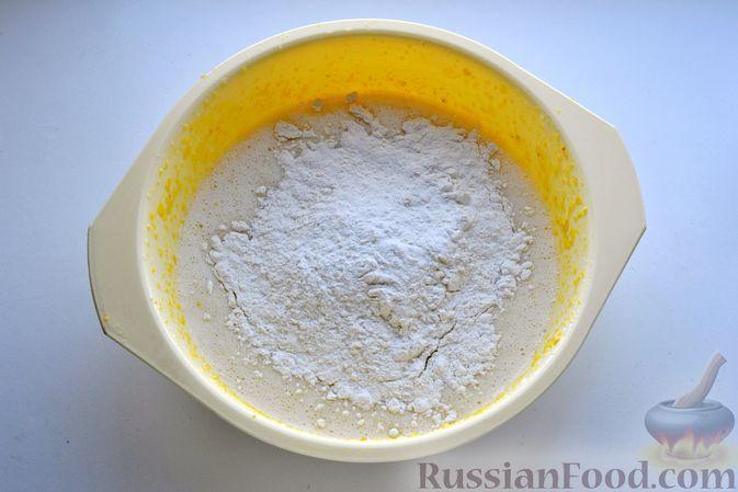 Фото приготовления рецепта: Пирог на кефире, с кукурузной крупой и апельсином - шаг №6