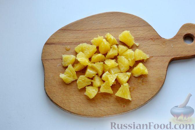 Фото приготовления рецепта: Пирог на кефире, с кукурузной крупой и апельсином - шаг №7