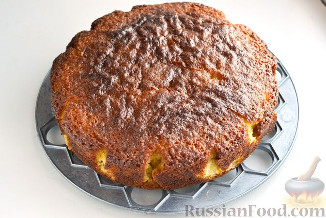 Фото приготовления рецепта: Пирог на кефире, с кукурузной крупой и апельсином - шаг №10