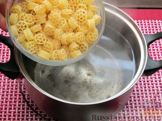 Фото приготовления рецепта: Запеканка из макарон с сосисками и сыром - шаг №2
