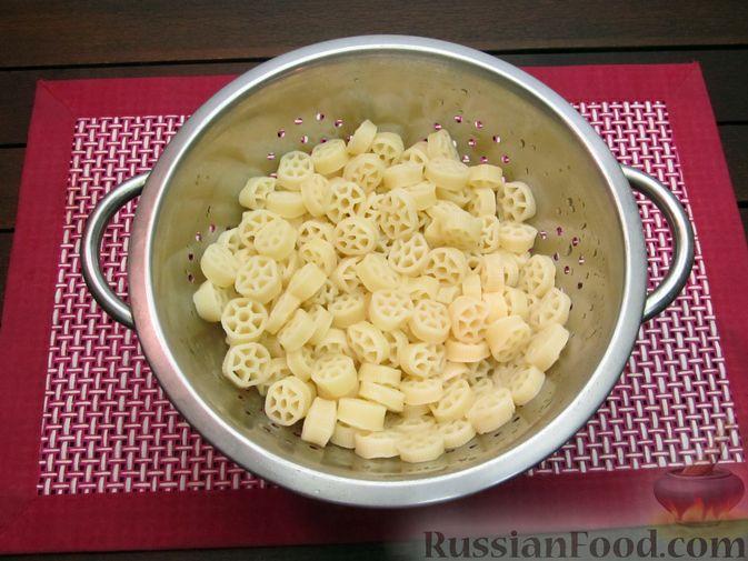 Фото приготовления рецепта: Запеканка из макарон с сосисками и сыром - шаг №4