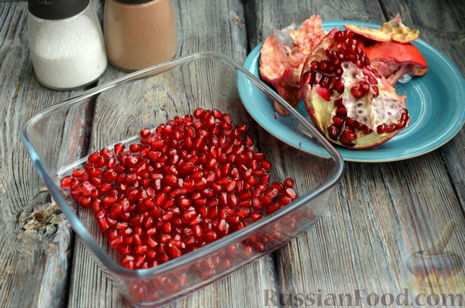 Фото приготовления рецепта: Свинина, тушенная с гранатом и вином (в духовке) - шаг №3